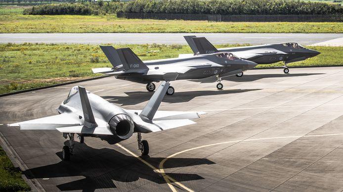 Drie F-35's op vliegbasis Leeuwarden.