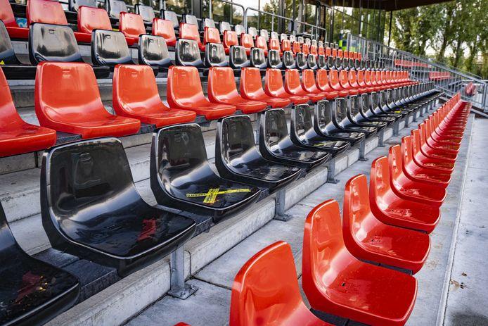 Een lege tribune langs een voetbalveld. Foto ter illustratie.