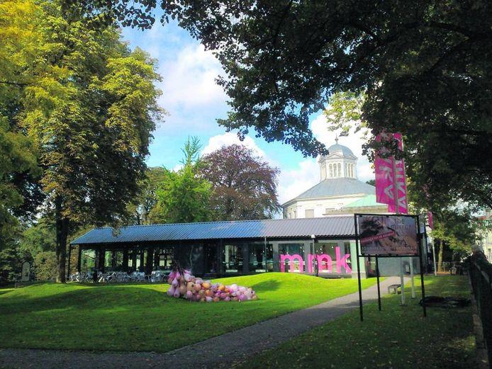 Gebouw met tuin van het Museum voor Moderne Kunst Arnhem.