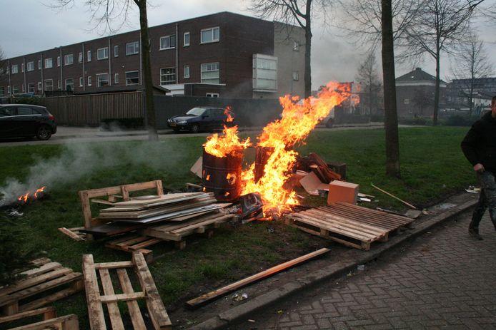 Brandend puin aan de Meeuwstraat in Tiel.