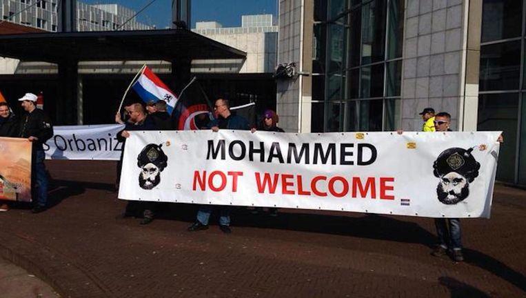 Demonstranten voor de Stopera op 12 maart Beeld Maarten van Dun