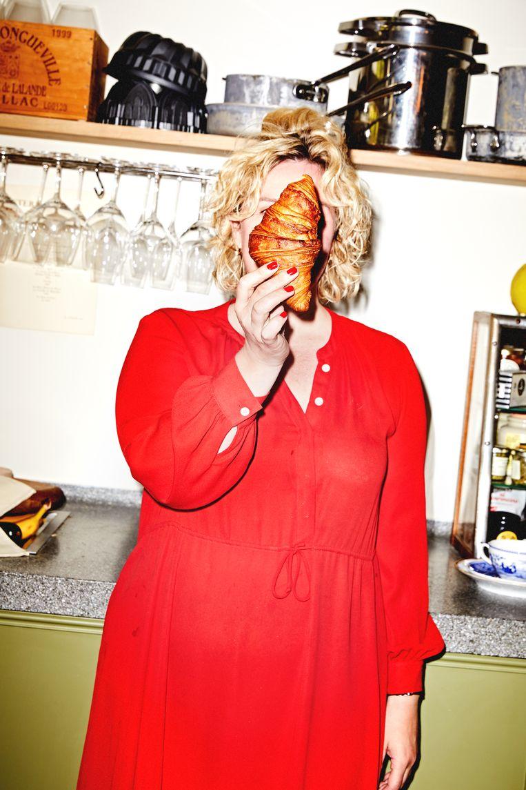 Mara Grimm proefde samen met met chefkok Alain Caron en bakker Florence van Limburg Stirum 26 croissants.  Beeld Marie Wanders
