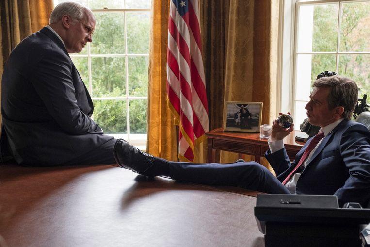 """Christian Bale als Dick Cheney, links, and Sam Rockwell als George W. Bush rechts in een scene van """"Vice."""""""