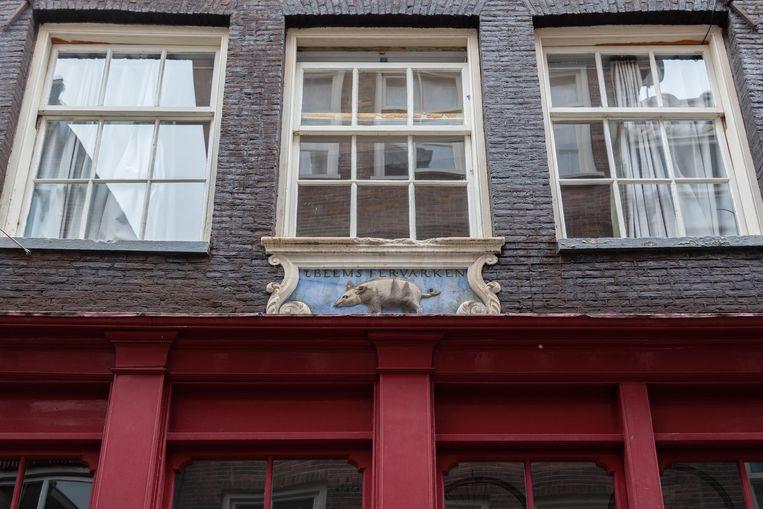 Op 17 juli viel in de Sint Nicolaasstraat ons oog op de 17de-eeuwse gevelsteen 't Beemstervarken. De Beemsterpolder stond in die jaren bekend om het goede varkensvlees.  Winnaar van het jaarabonnement op Ons Amsterdam is Gerard Schaft.  Beeld Nina Schollaardt