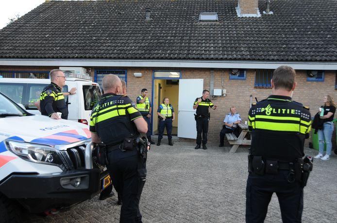 Renesse 21 uur: briefing bij het politiebureau in Renesse