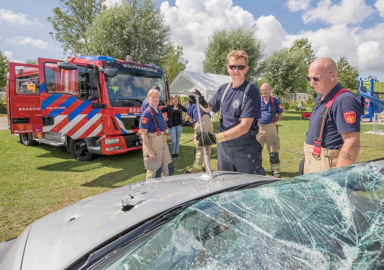 Xavier Jamart in actie tijdens een demonstratie van de vrijwillige brandweer op camping 't Veerse Meer.  Hij is beroepsbrandweerman in Brussel en sinds juni vrijwilliger bij brandweer in Wolphaartsdijk. Edwin Allart kijkt toe.