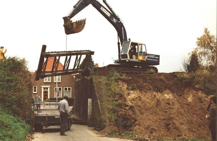 Afbraak van de oude spoorbrug in Drunen, nabij de Molen.  De foto dateert van rond 1987.