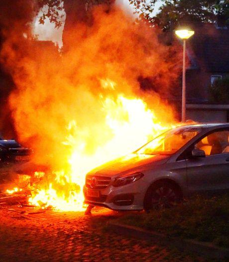 Drie auto's in vlammen op in Tilburg, politie sluit brandstichting niet uit