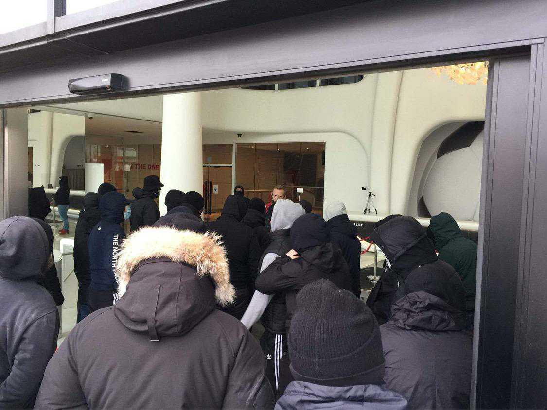 Ritchie De Laet maande de fans aan tot kalmte.