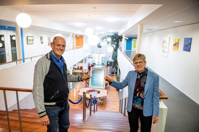 Carla Maessen en Huub Melenhorst met het PSO-certificaat als erkenning voor sociaal ondernemen.