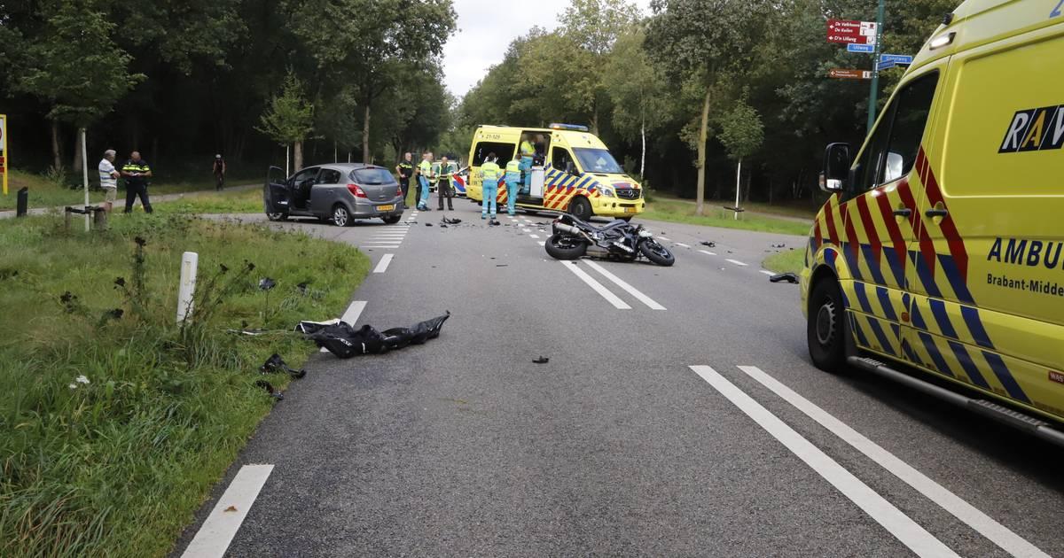 Ernstig ongeluk in Mill: motorrijder klapt op auto.