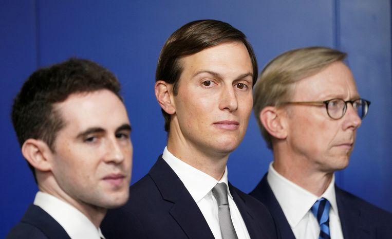 Jared Kushner (midden) en Avi Berkowitz (links) zijn genomineerd voor de Nobelprijs voor de Vrede voor hun rol in de bemiddeling rond de 'Abraham-akkoorden'.  Beeld REUTERS