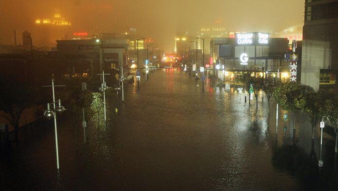Een ondergelopen straat in Atlantic City (New Jersey), waar Sandy maandagavond (plaatselijke tijd) aan land kwam.