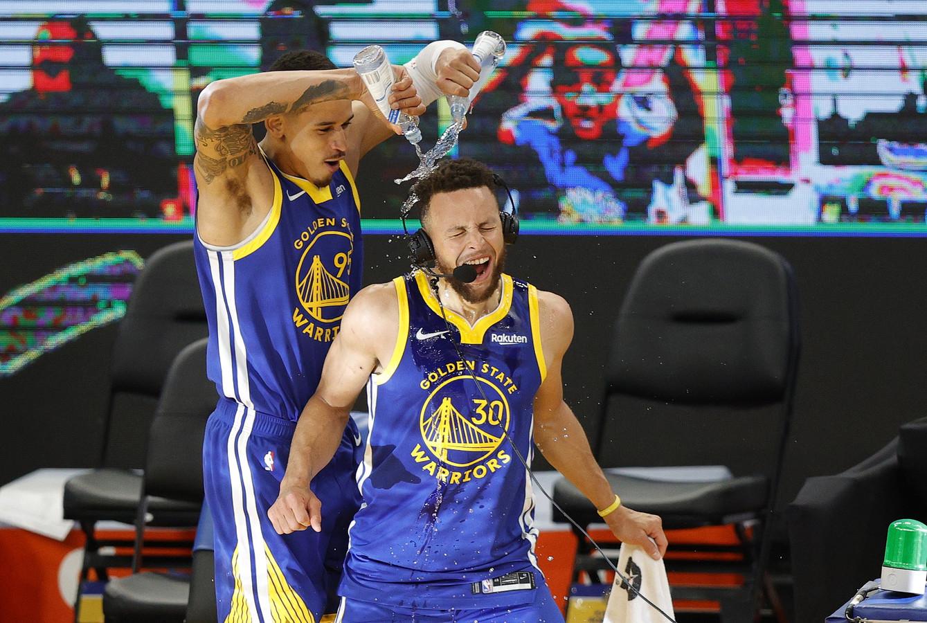 Stephen Curry krijgt na zijn record een 'douche' van Juan Toscano-Anderson.