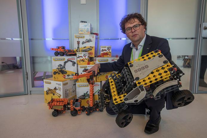 Jeroen op den Berg van GBO toont tijdens Patent Match het door zijn bureau doorontwikkelde speelgoed Twickto.