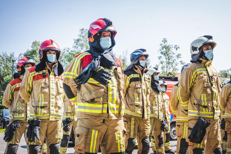 De brandweer van Gent houdt een minuut stilte voor de slachtoffers van de wateroverlast. Beeld Wannes Nimmegeers