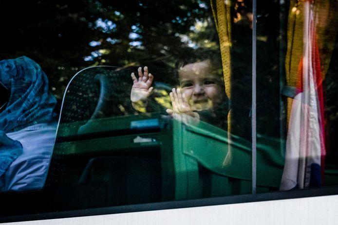 Een bus met Afghaanse vluchtelingen arriveert eind augustus bij tijdelijk asielzoekerscentrum Heumensoord in Nijmegen.