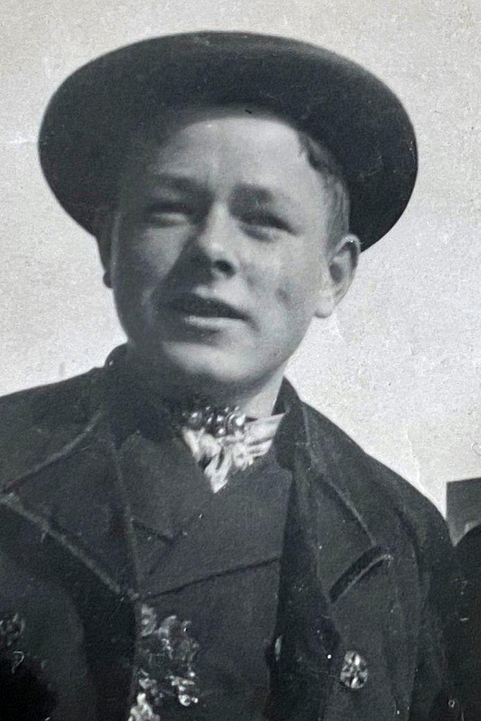Ko Besuijen kort na de oorlog. Hij was één van de jongeren die in de Randstad ging collecteren voor de wederopbouw van Zeeland. Voor die gelegenheid had hij zijn Zeeuwse kostuum aangetrokken.