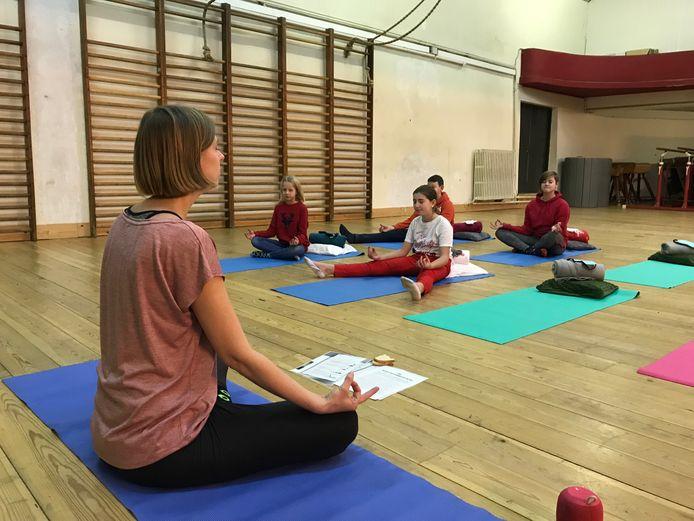 Juf Liza Louies gaf een yogales tijdens de middagpauze.