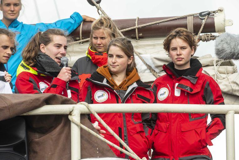 Anuna De Wever (rechts) vertrok begin oktober in Amsterdam samen met een dertigtal andere klimaatjongeren richting Chili.