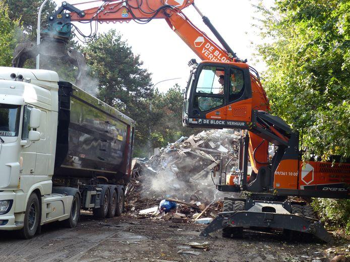 Des ouvriers retirent des gravats et des débris d'un site de stockage improvisé sur un tronçon désaffecté de l'autoroute A601 à l'extérieur de Liège, le jeudi 14 octobre 2021.
