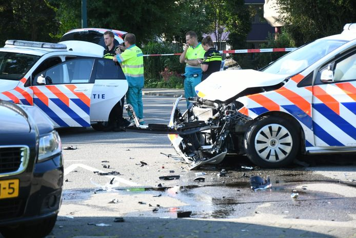 Een politieauto raakte een personenauto in Woerden