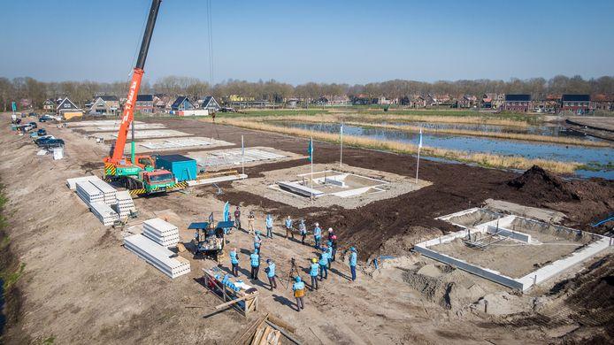 De bouw van de dertig villa's in Rietweelde bij Scheerwolde (boven) is nu ook officieel begonnen.