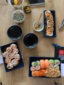 Rechtsonder: het menu duo zalm (in totaal 18 stuks voor 16,95 euro), bestaande uit nigiri zalm, maki zalm en maki avocado, zalm omhuld in rijstblad, de spicy zalmrol en crunchy zalmrol. Links: Spicy tonijnrol (8,95 euro). Rechtsboven: Crunchy tempura (8,95 euro). Linksboven: de Forgotten Ends (1,95 euro).