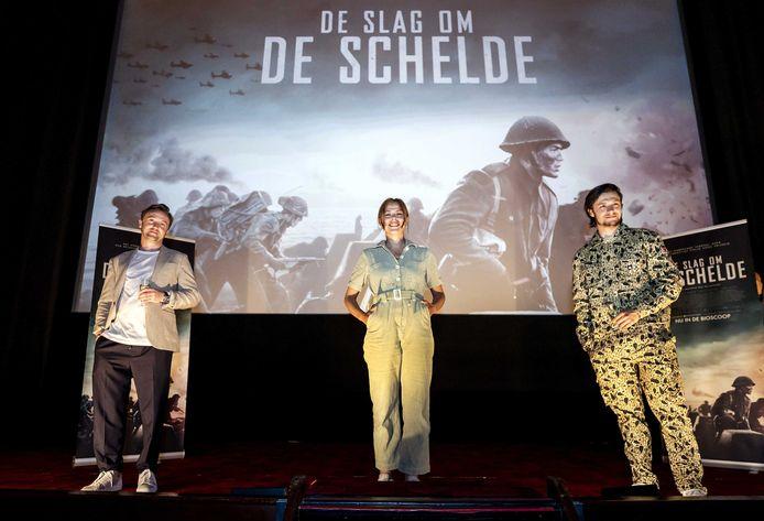 (VLNR) Acteur Tom Felton, Susan Radder en Gijs Blom tijdens een persmoment van de speelfilm De Slag om de Schelde in n Amsterdam. De duurste Nederlandse film in vijftien jaar kwam uit in december, maar een dag na de premiere sloten alle bioscopen vanwege de coronalockdown.