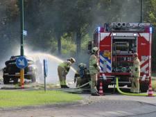 Auto brandt volledig uit op rotonde in Leusden