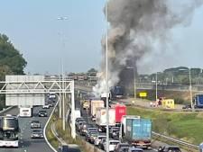 Vrachtwagen vliegt in brand op A15 bij Gorinchem, snelweg in de avond weer dicht voor herstel
