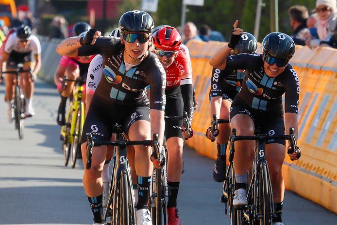 Team DSM juicht in Wichelen: Lorena Wiebes volgt zichzelf op, lead-out Susanne Andersen pakt de tweede plaats.