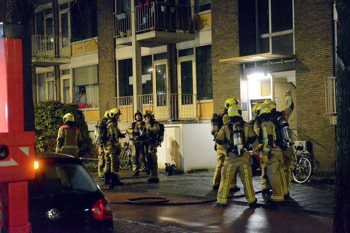 Bij de brand aan de Meppelweg werd een zwaargewonde vrouw uit haar brandende woning gered door de brandweer.