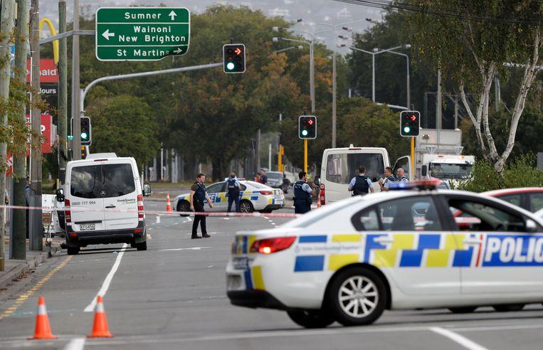 De politie zet de buurt aan een van de moskeeën af. Bij de schietpartij tijdens het vrijdaggebed zijn zeker veertig mensen om het leven gekomen. Beeld AP