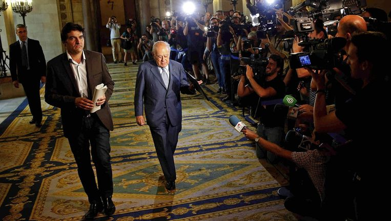 Rechts loopt Pujol, voormalig president van Catalonië. Beeld EPA