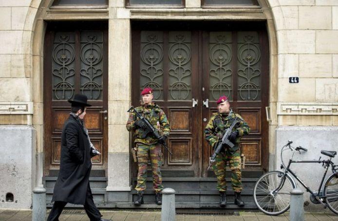Militairen bewaken de synagoge aan de Oostenstraat in de Joodse buurt in Antwerpen (Archiefbeeld).