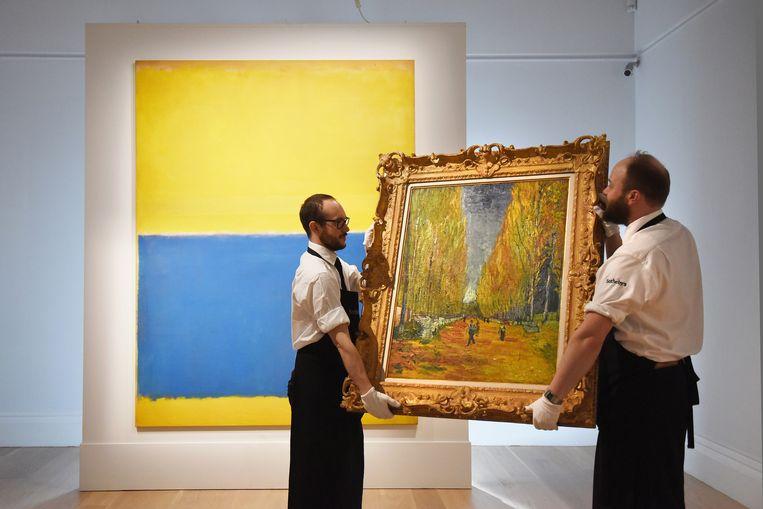 Onlangs ging bij Sotheby's een olieverfschilderij van Vincent van Gogh, 'L'Allée d'Alyscamps', voor omgerekend net geen zestig miljoen euro onder de hamer. Op de achtergrond: Mark Rothko's 'Untitled (Yellow and Blue)'. Beeld GETTY