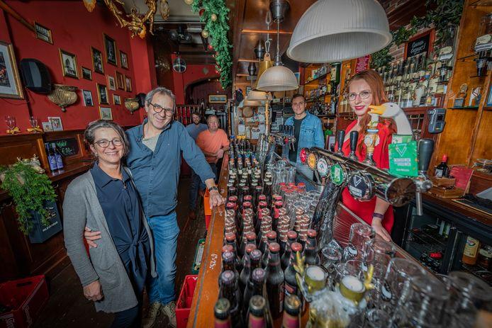 """De stamgasten van café Momfer de Mol mogen van eigenaar Armand van der Geld (blauwe blouse, achterin) eenmalig op veilige afstand van elkaar even naar binnen voor een foto. ,,Oh, wat heb ik dit gemist."""""""