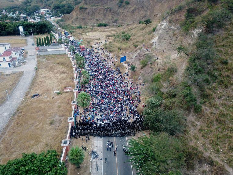 De Guatemalteekse grenspolitie kreeg hulp van het leger om de migranten, op weg naar de VS,  tegen te houden.    Beeld EPA