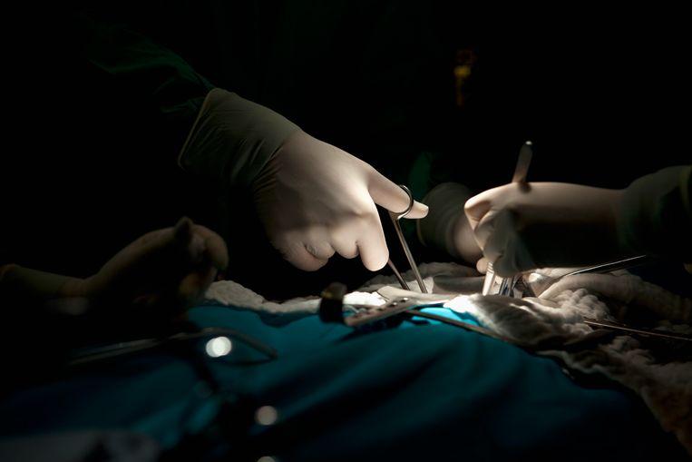 Meer dan de helft van de operatiekamers wordt op dit moment niet  gebruikt, omdat herstel van een operatie op de intensive care niet mogelijk is door de vele coronapatiënten. Beeld Getty Images
