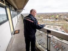 Proef met wijkbrandweerman in Capelle blijkt succes: 'Ik kom makkelijker bij mensen achter de deur'