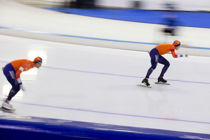 Roest (l) in actie op de 10.000 meter tegen Bosker.