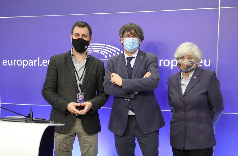 Antoni Comin, Carles Puigdemont en Clara Ponsanti. Beeld EPA