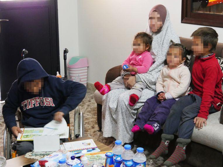 Julie M. met haar kinderen Beeld Bruno Struys