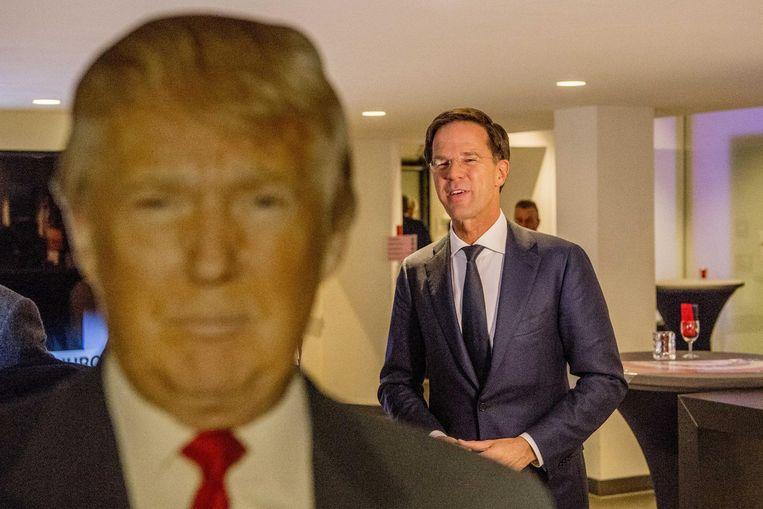 Rutte achter een pop van Donald Trump. Beeld anp