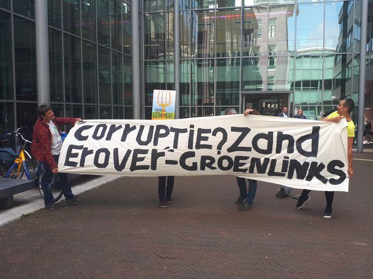 Met een spandoek bij de Haarlemse rechtbank richtten de sympathisanten van De Boterbloem zich daarom vandaag rechtstreeks tot GroenLinks. Beeld Bart van Zoelen