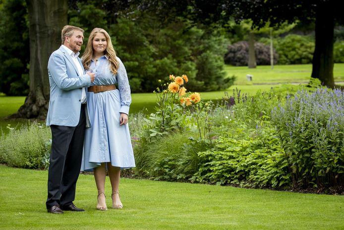 Koning Willem-Alexander en prinses Amalia in de tuin van Paleis Huis ten Bosch tijdens de traditionele fotosessie aan het begin van de zomervakantie, vorige week.