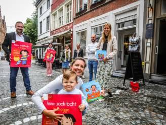 Personage Anna leidt kinderen door Brugse winkelstraten tijdens zomerse zoektocht