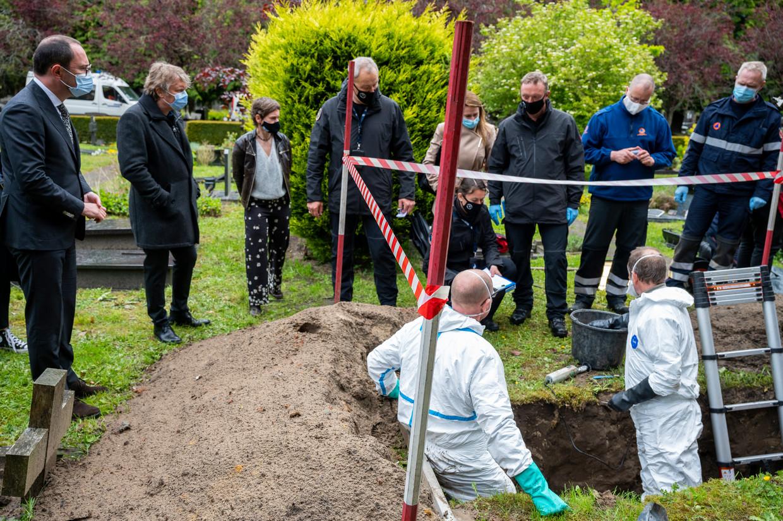 Minister van Justitie Vincent Van Quickenborne (l.) woont een opgraving bij in het kader van 'Operatie Kerkhof'. Beeld Cel Vermiste Personen