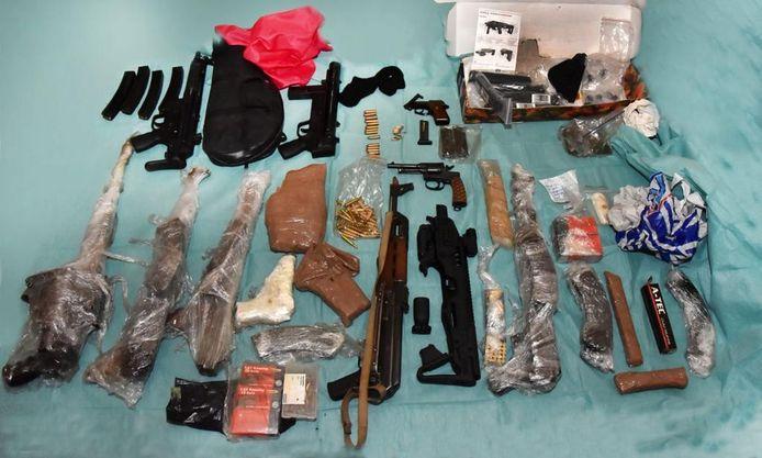 De gevonden wapens bij het woonwagenkampje in Oss.